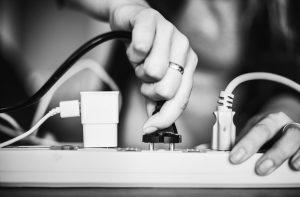 Platby za distribuci elektřiny mají zlevnit